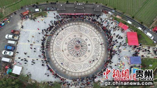 图为一年一度的翻鼓节上,人们在跳木鼓舞。杨武魁 摄