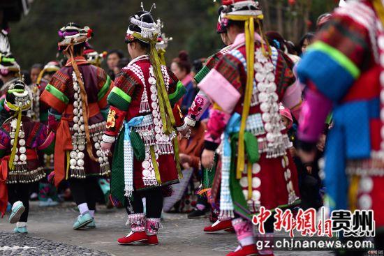 图为苗族女孩在翻鼓节上跳木鼓舞。杨武魁 摄