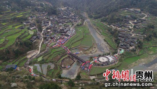 图为一年一度的翻鼓节吸引了周边村寨村民和众多游客前来参加。杨武魁 摄