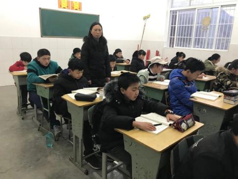 张永琴老师辅导学生晨读