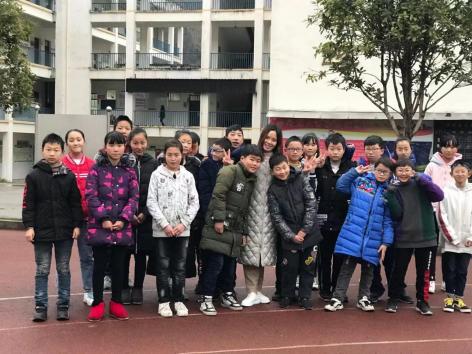 田茂莲老师和李锦记博爱学校小学部孩子们在一起