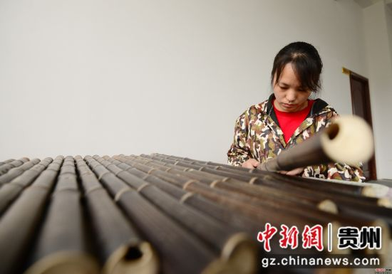 3月23日,在贵州省铜仁市玉屏侗族自治县箫笛生产基地一家企业车间,工人正在制作箫笛。