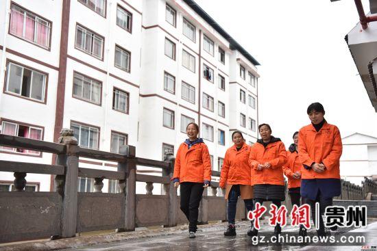 3月24日,在贵州省玉屏侗族自治县田坪镇易地扶贫搬迁安置点,移民刘莉琴(左一)和工友们下班走在回家路上。潘皇权 摄