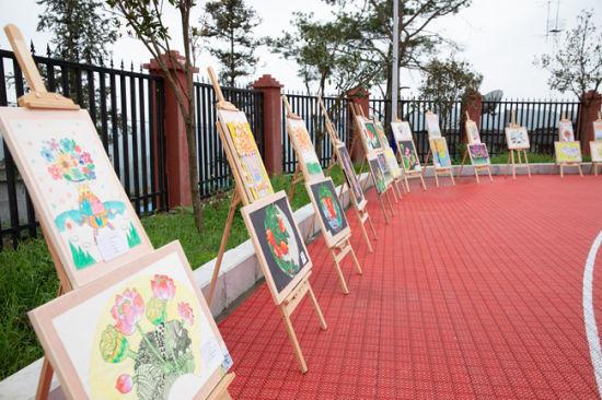 在活动现场,孩子们用自己的画作表达了内心的感恩