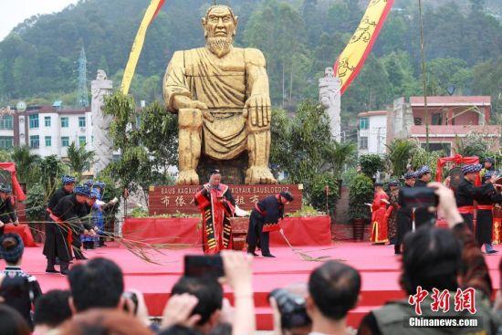 布依族祭司在布洛陀像前主持感恩祭祀大典。中新社记者 贺俊怡 摄