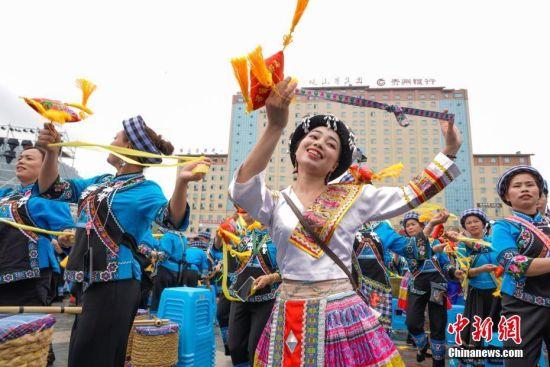 少数民族妇女跳起糠包舞。中新社记者 贺俊怡 摄