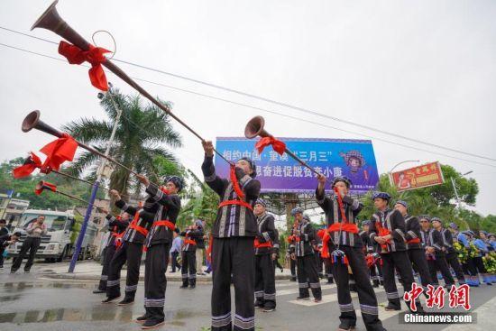 布依族民众吹奏唢呐欢迎来客。中新社记者 贺俊怡 摄