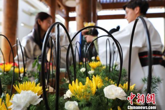 """图为在贵州贵阳孔学堂""""我们的节日?清明""""传统文化活动中民众在体验插花。 瞿宏伦 摄"""