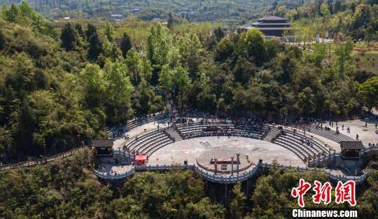 图为游客在贵州务川仡佬之源九天母石景区游玩。 田东 摄