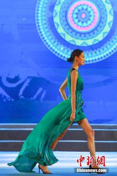 一名模特身着具有布依族传统元素设计的服饰走秀。中新社记者 贺俊怡 摄