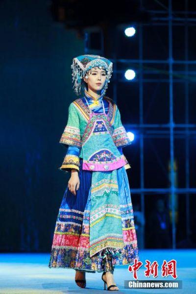 一名模特身着布依族盛装走秀。中新社记者 贺俊怡 摄