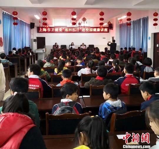上海专家还举办科普讲座、临床学术讲座等。 芊烨 摄