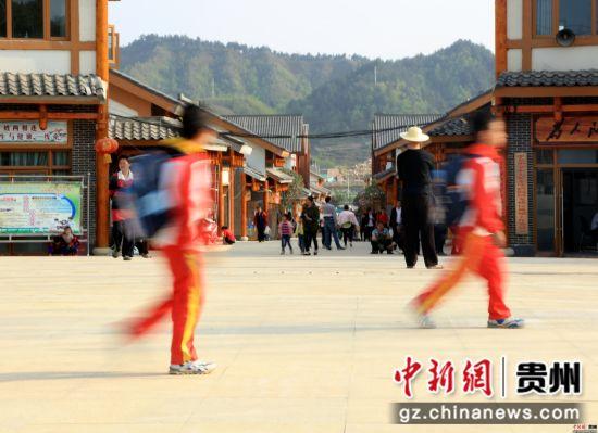 4月9日,在贵州省七星关区碧海阳光城易地扶贫安置区,搬迁户的孩子走在放学的路上。尚宇杰 摄