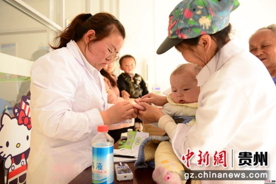 4月9日,在贵州省七星关区碧海阳光城易地扶贫安置区,小孩子在接种疫苗。尚宇杰 摄