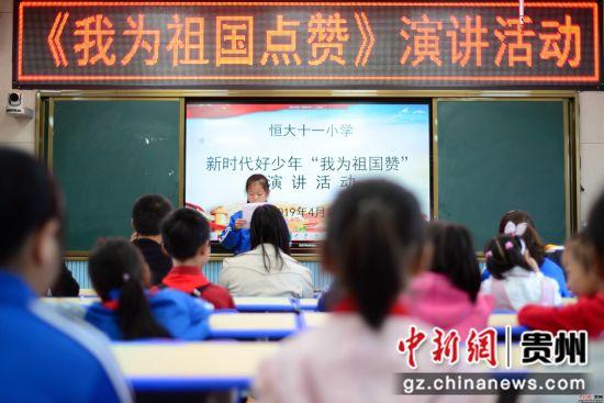 4月9日,在贵州省七星关区碧海阳光城易地扶贫安置区,易地搬迁群众正在安置区内工作。 尚宇杰 摄