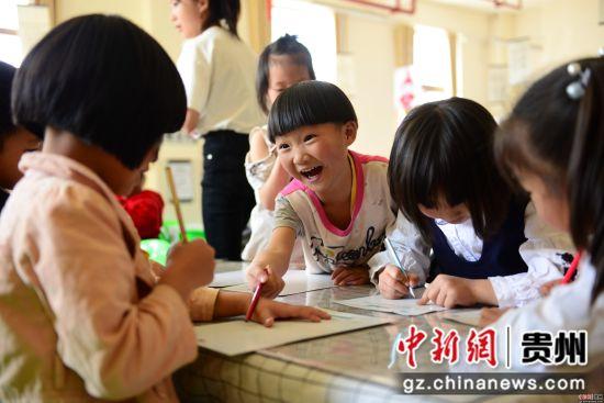 4月10日,在贵州省大方县恒大第十一幼儿园,孩子们正在上课。尚宇杰 摄
