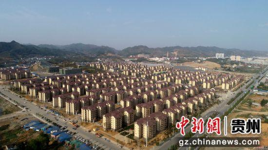这是4月9日拍摄的贵州省七星关区碧海阳光城易地扶贫搬迁安置区(无人机拍摄)。 尚宇杰 摄