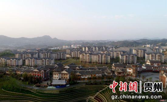 这是4月10日拍摄的贵州省大方县奢香古镇易地扶贫搬迁安置区(无人机拍摄)。尚宇杰 摄