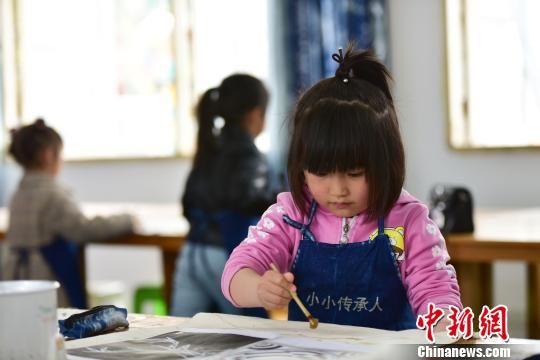 图为幼儿园小朋友在学画蜡画。 杨武魁 摄