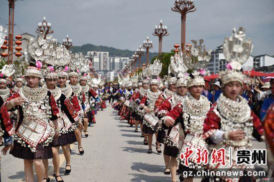 (3)4月18日,在贵州省黔东南苗族侗族自治州台江县,苗族同胞参加盛装游演活动。刘开福 摄