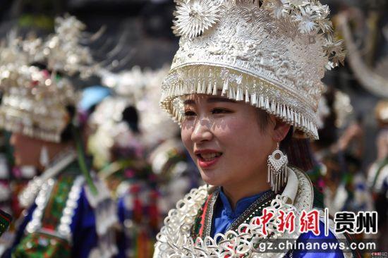 4月18日,在贵州省黔东南苗族侗族自治州台江县,苗族同胞参加盛装游演活动。刘开福 摄