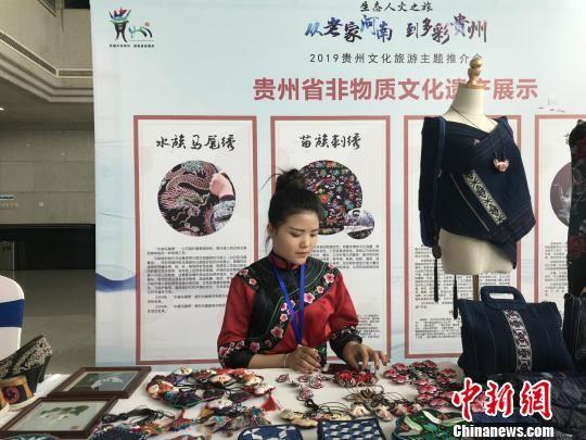 活动现场展示的贵州刺绣、蜡染、银饰、竹编等非遗作品。 韩章云 摄