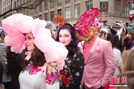 当地时间4月21日,人们在纽约参加复活节花帽游行,一名头顶蝴蝶的女子在花帽游行队伍中。当日是西方传统节日复活节,人们头戴精心制作的花帽,在纽约第五大道参加一年一度的复活节游行。 中新社记者 廖攀 摄