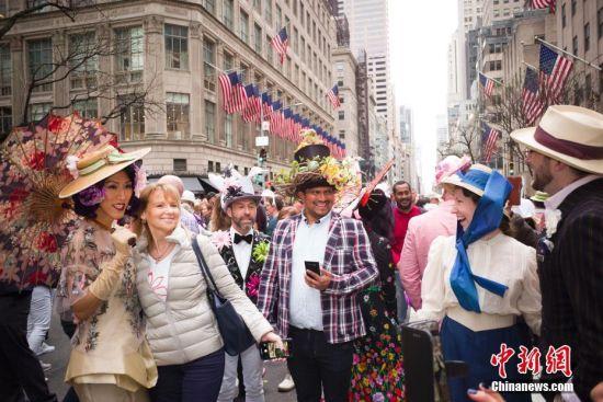 当地时间4月21日,人们在纽约参加复活节花帽游行。当日是西方传统节日复活节,人们头戴精心制作的花帽,在纽约第五大道参加一年一度的复活节游行。 中新社记者 廖攀 摄