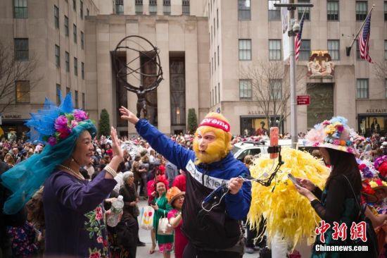 当地时间4月21日,两名华人在纽约参加复活节花帽游行。当日是西方传统节日复活节,人们头戴精心制作的花帽,在纽约第五大道参加一年一度的复活节游行。 中新社记者 廖攀 摄