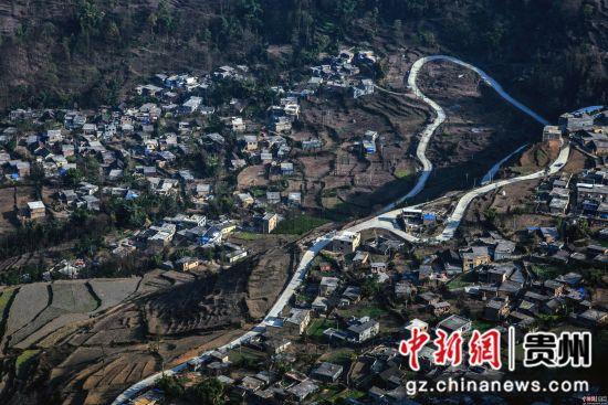 晴隆县鸡场镇红寨村组组通公路 陈亚林摄