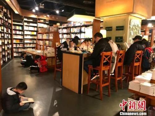 读者在西西弗书店看书。 周燕玲 摄