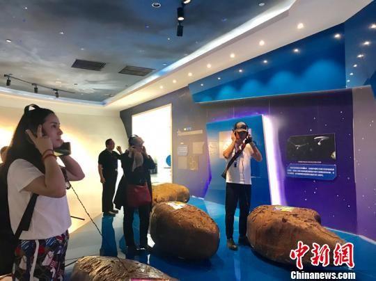 德国华商一行参观平塘国际天文体验馆。周燕玲 摄