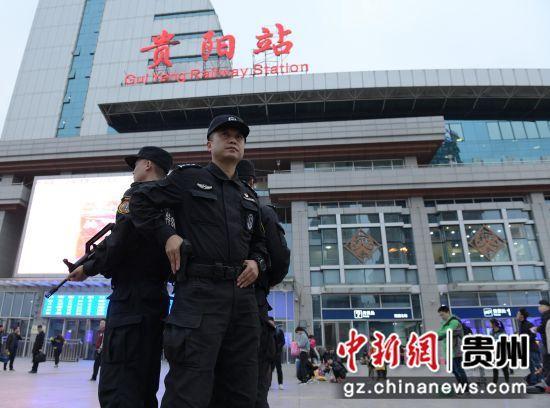 郝志强带领特警队员在贵阳站开展武装巡守。吴志伟 摄
