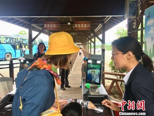 """游客""""刷脸""""乘坐观光车。 刘鹏 摄"""