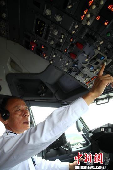 宋玉魁对飞机进行检查。 王晨 摄