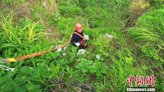 朱砂古镇悬崖栈道清洁小组在悬崖上捡垃圾。杨雄 摄