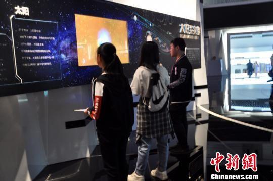 图为参观者正在中国天眼科普基地参观。