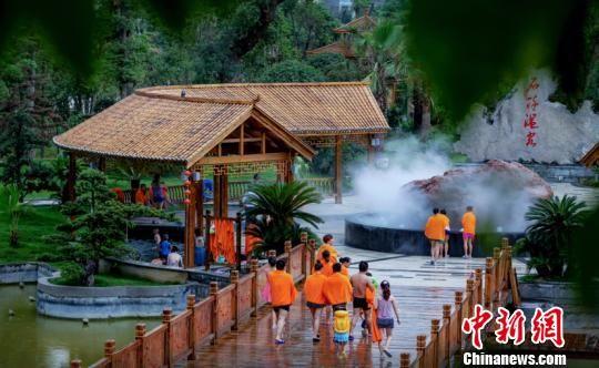 游客在贵州泡温泉。石阡宣传部供图