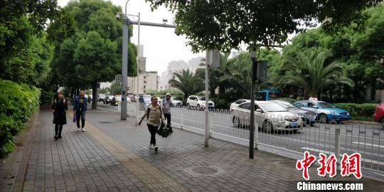 贵阳市区街头,市民均穿上了外套 曾实 摄