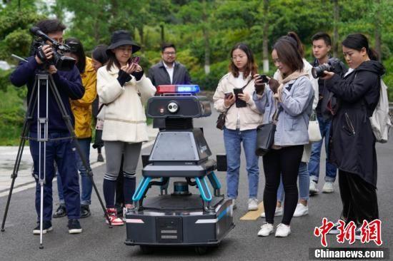 5月8日,媒体记者在贵阳综合保税区拍摄安保巡逻机器人。