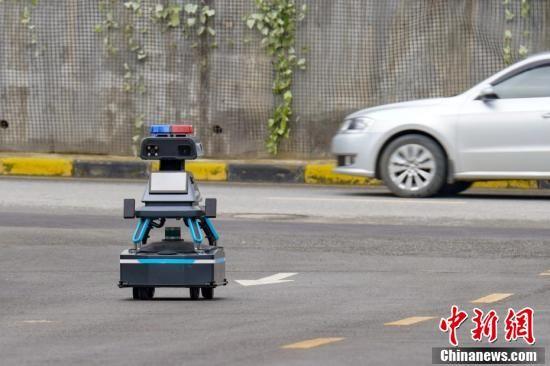 5月8日,贵阳综合保税区内,一台安保巡逻机器人在道路上巡逻。