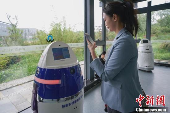 5月8日,贵阳综合保税区万为机器人公司内,一名记者与安保服务机器人对话。