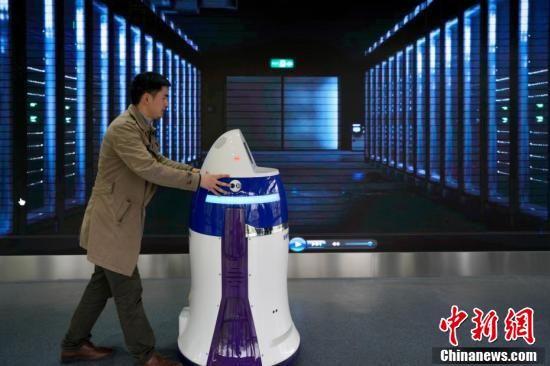 5月8日,贵阳综合保税区万为机器人公司内,一名工作人员调试安保服务机器人。