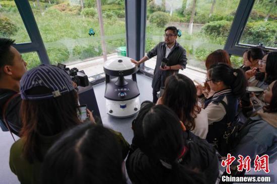 5月8日,贵阳综合保税区万为机器人公司内,工作人员为媒体记者介绍安防巡逻机器人APV-2。