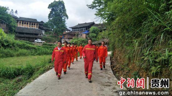 2019年5月9日,榕江县古州镇高武村成立义务综合消防救援队。图为救援队伍整队在高武村开展消防安全隐患巡检。摄影:唐德龙