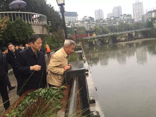 中央第五生态环境保护督察组现场检查贵阳市南明河综合整治情况。