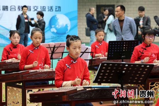 5月10日,甲秀小学学生在弹奏乐器