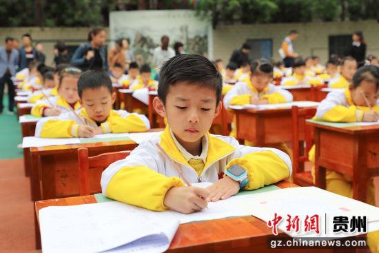 5月10日,甲秀小学学生在进行铅笔字书写展示。