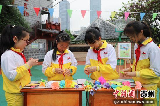5月10日,甲秀小学学生整理折纸鲜花。