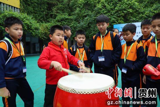 5月10日,香港道教联合会圆玄学院陈吕重德纪念学校学生在观看甲秀小学学生打鼓。